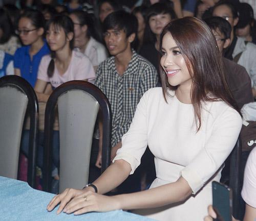 Đức Tuấn mời Phạm Hương khoe giọng trước hàng trăm sinh viên - 5