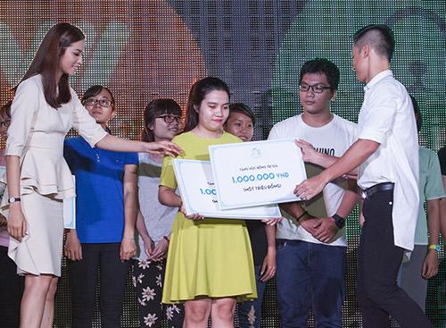 Đức Tuấn mời Phạm Hương khoe giọng trước hàng trăm sinh viên - 8