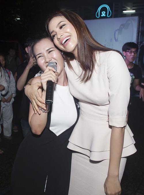 Đức Tuấn mời Phạm Hương khoe giọng trước hàng trăm sinh viên - 6