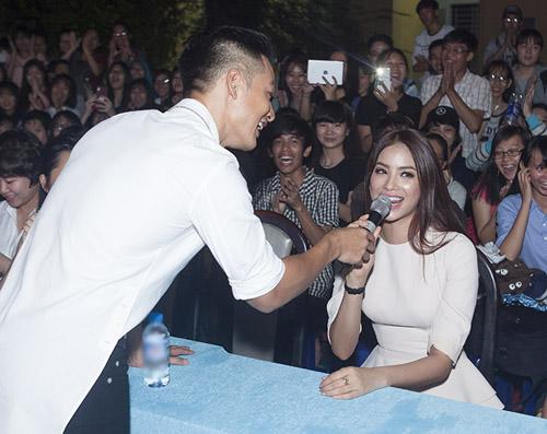 Đức Tuấn mời Phạm Hương khoe giọng trước hàng trăm sinh viên - 3