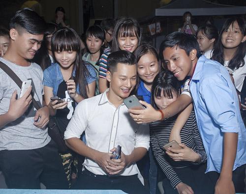Đức Tuấn mời Phạm Hương khoe giọng trước hàng trăm sinh viên - 9