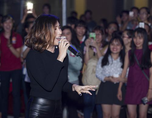 Đức Tuấn mời Phạm Hương khoe giọng trước hàng trăm sinh viên - 10