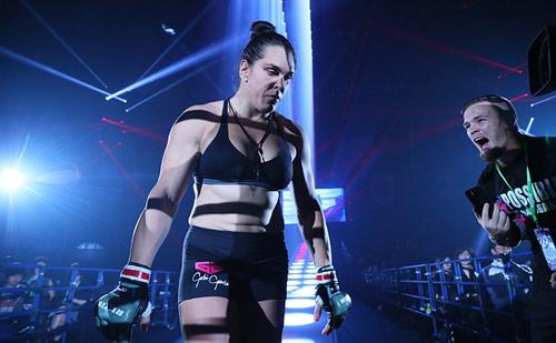 """MMA: """"Quái nữ khồng lồ"""" hạ đối thủ trong nháy mắt - 2"""