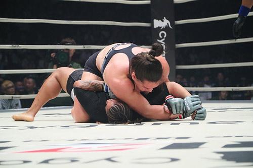 """MMA: """"Quái nữ khồng lồ"""" hạ đối thủ trong nháy mắt - 4"""