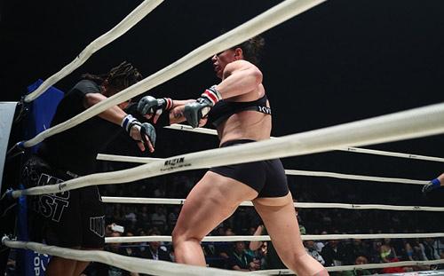 """MMA: """"Quái nữ khồng lồ"""" hạ đối thủ trong nháy mắt - 3"""