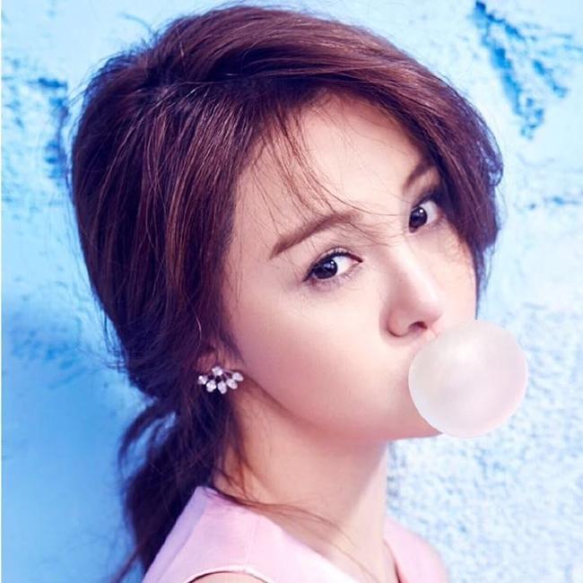 Trịnh Sảng sinh năm 1991. Hiện cô là  nàng thơ  của làng điện ảnh Hoa ngữ.