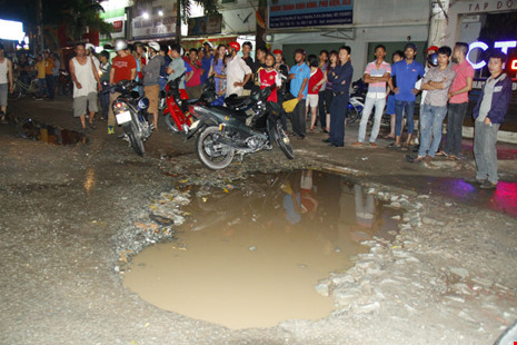 Sập hố trên đường, nam công nhân bị container cán chết - 2
