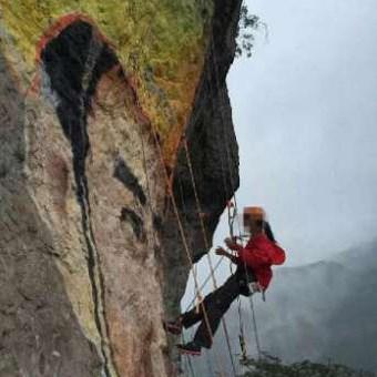Cô gái vẽ tranh trên vách núi tỏ tình với bạn trai - 1