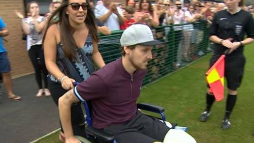 Messi quyên áo đấu từ thiện vì cầu thủ cụt chân - 1