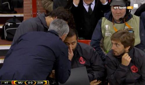 MU đá kém, Mourinho nổi xung mắng trợ lý - 1