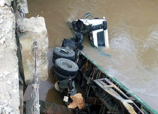 "Xe container ""bay"" từ cầu xuống suối - 1"