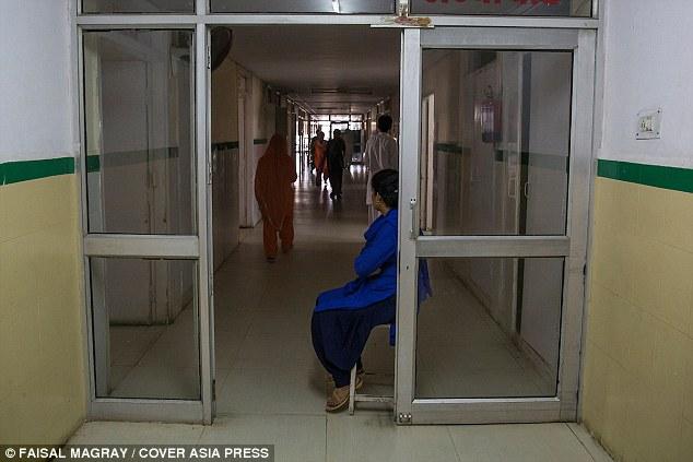 Ấn Độ: Nữ sinh bị hiếp dâm ngay trong lớp học - 2