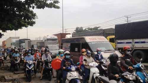 Hàng loạt xe máy ngã nhào vì dầu nhớt đổ trên quốc lộ - 3