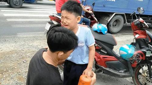 Hàng loạt xe máy ngã nhào vì dầu nhớt đổ trên quốc lộ - 2