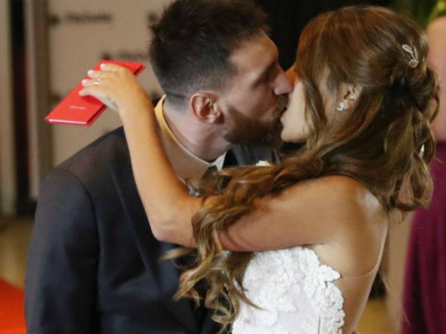 Messi ngượng ngùng hôn bạn gái, thuê 300 vệ sĩ cho đám cưới