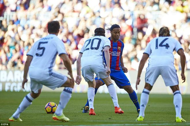 """Ronaldinho diễn """"ảo thuật"""", huyền thoại MU hóa """"trẻ con"""" - 2"""