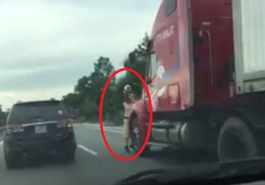 Vì sao thượng úy CSGT phải bám vào gương xe container? - 2