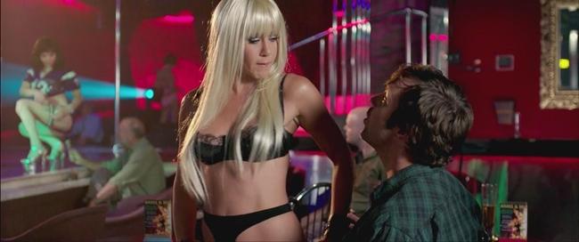 Trong phim  We ' re The Millers  (Gia đình bá đạo), Jennifer Aniston thủ vai cô vũ nữ thoát y tên Rose. Thời điểm đóng phim, Jen đã 44 tuổi trong khi nhân vật của cô chỉ là cô gái 20 tuổi.