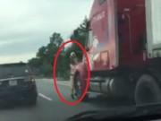 Tin tức trong ngày - Lái xe container hất CSGT bám trên gương xuống đường đối mặt cái kết nào?