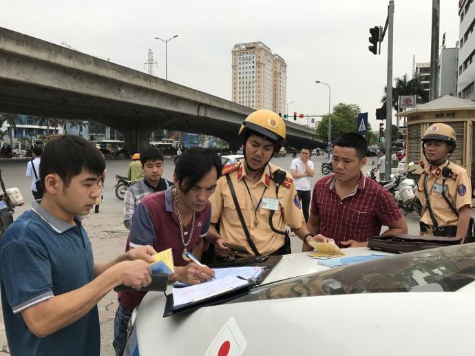 Sốc: Mua xe trả góp không có giấy tờ gốc là phạm luật - 1