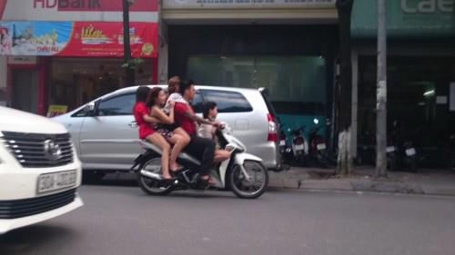 Xe máy chở ba người bị phạt bao nhiêu tiền? - 1