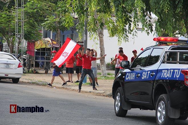 """Bi hài màn đấu lý khi fan Hải Phòng """"đại náo"""" sân Cần Thơ - 9"""