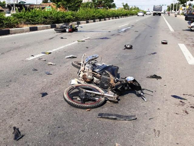 Clip: 2 xe máy đối đầu kinh hoàng, 5 người văng tứ tung khắp đường