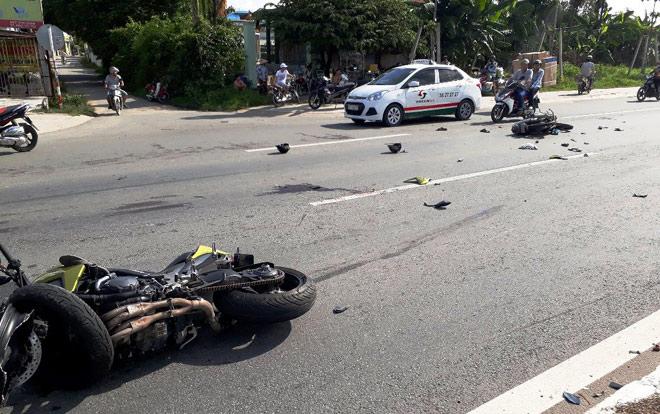 Clip: 2 xe máy đối đầu kinh hoàng, 5 người văng tứ tung khắp đường - 1