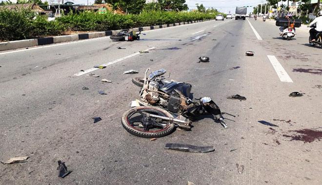 Clip: 2 xe máy đối đầu kinh hoàng, 5 người văng tứ tung khắp đường - 2