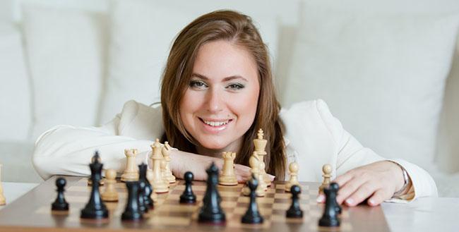 1. Đại kiện tướng cờ vua người Hungary, Judit Polgar. 6 tuổi, Judit Polgar bắt đầu tham gia các giải đấu chuyên nghiệp, 11 tuổi cô đánh bại đương kim vô địch thế giới năm đó (Vladimir Kovacivic). Cô trở thành nữ đại kiện tướng cờ vua giỏi nhất trong lịch sử. Chưa 1 kỳ thủ nữ nào từng giành chiến thắng trước nhà vô địch nam giới, nhưng Judit Polgar đã từng chiến thắng 9 người trong số họ.