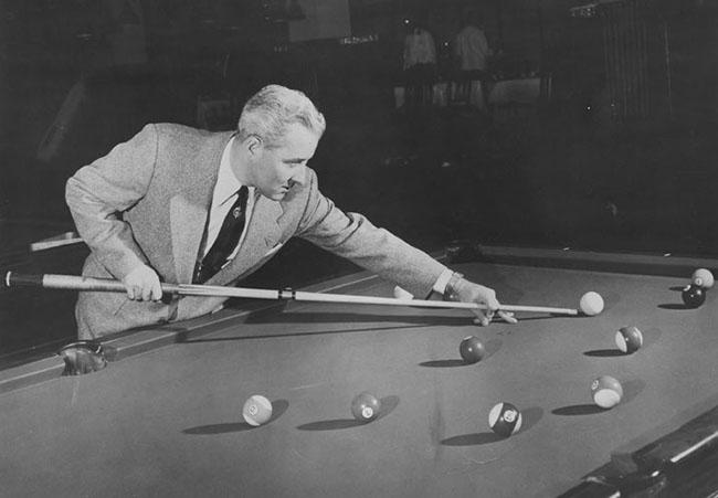 """2. Cơ thủ bida chuyên nghiệp người Mỹ, Willie Mosconi (1913-1993). 6 tuổi, ông đã tham gia thi đấu biểu diễn với nhà vô địch bida thế giới trong một nhà thi đấu đầy ắp khán giả. Năm 11 tuổi, Mosconi là nhà vô địch ở lứa tuổi vị thành niên và thường xuyên tổ chức các cuộc đánh độ. Ông đã chọn nickname  """" Mr. Pocket Billiards """"  và giành được nhiều giải vô địch thế giới hơn bất cứ ai."""