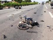Tin tức trong ngày - Clip: 2 xe máy đối đầu kinh hoàng, 5 người văng tứ tung khắp đường