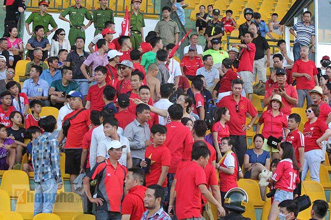 """Fan Hải Phòng """"mở hội"""", bất chấp lệnh cấm ở sân Cần Thơ - 1"""