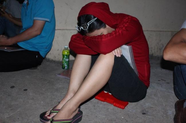 Người dân TP.HCM thức trắng đêm chờ nộp hồ sơ cho con - 3