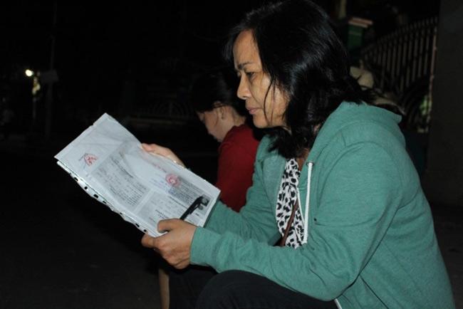 Người dân TP.HCM thức trắng đêm chờ nộp hồ sơ cho con - 7