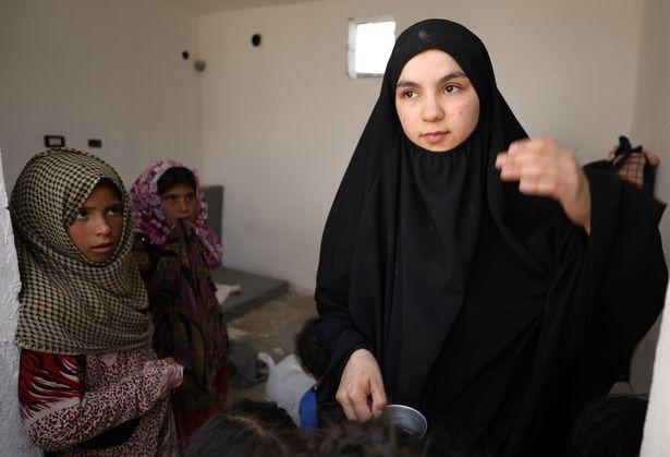 Vợ khủng bố IS phát ghen với nô lệ tình dục của chồng - 1