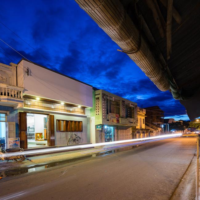 Ngôi nhà này nằm ở huyện Tuy Phong, Bình Thuận. Nhìn dáng vẻ hiện đại của nó, chẳng ai nghĩ rằng, căn hộ được cải tạo từ một ngôi nhà cổ gần 60 năm tuổi.