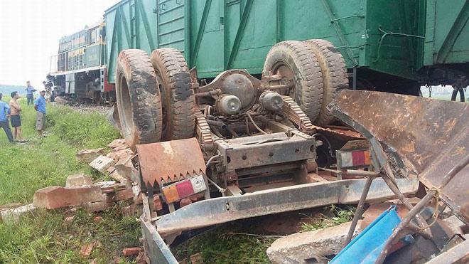 Tàu tông nát xe tải chở gạch, tài xế tử vong trong cabin - 2