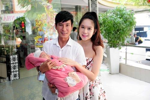 """Muôn kiểu bế """"con"""" của sao: Hoài Linh khéo léo, Cao Thái Sơn ngủ gật - 14"""