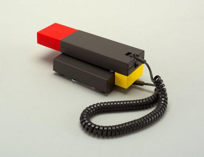 """80 năm phát triển của chiếc điện thoại """"thu nhỏ"""" trong 10 bức ảnh này - 7"""