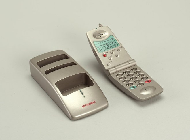"""80 năm phát triển của chiếc điện thoại """"thu nhỏ"""" trong 10 bức ảnh này - 9"""