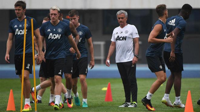 MU di chuyển 257.000 km: Mourinho đau đầu vì bay 2 vòng trái đất - 1