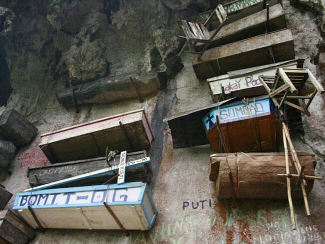 Rùng mình nghĩa địa cổ chi chít quan tài treo trên vách núi cao - 5