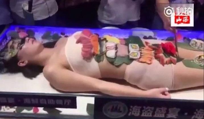 Bị sàm sỡ, mẫu bán nude trên bàn tiệc sushi xô xát với khách - 3