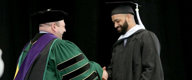 Anh chàng lao công tốt nghiệp thạc sỹ khiến ai cũng ngả mũ bái phục - 2