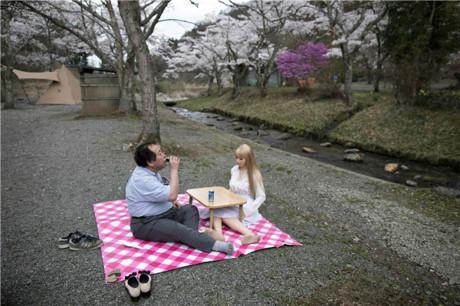 """Đàn ông Nhật nghiện yêu vợ """"nhựa"""" hơn vợ thật - 8"""