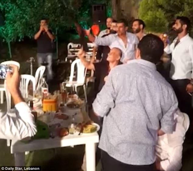Liban: Mừng hôn lễ, chú rể nã súng Ak-47 vào đám đông - 1
