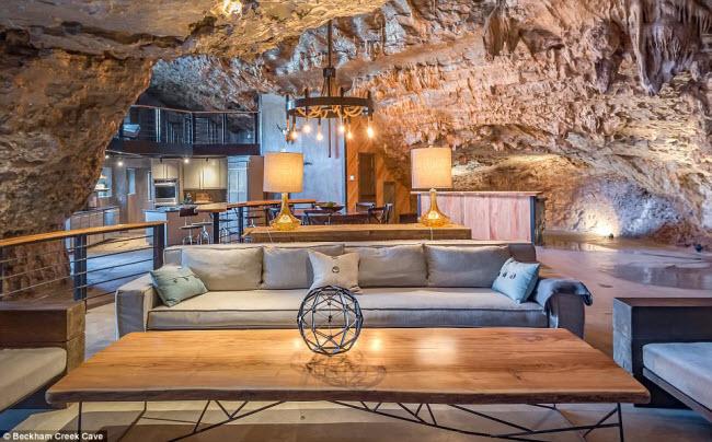 Nội thất của khách Beckham Creek Cave được thiết kế theo phong cách đương đại, với không gian yên tĩnh. Nghỉ tại đây, du khách có thể tham gia các hoạt động như đi bộ khám phá, chèo thuyền, câu cá, cưỡi ngựa,…