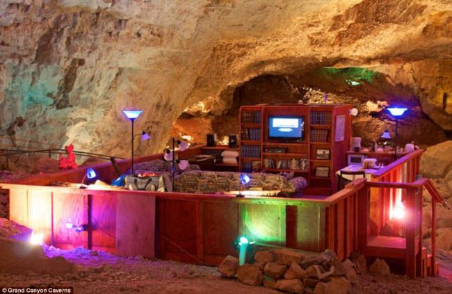 Grand Canyon Caverns, Mỹ: Nằm dưới hang động 65 triệu năm tuổi cách mặt đất 67m ở bang Arizona, đây là khách sạn lâu đời, tối, rộng và yên tĩnh nhất trên thế giới. Nơi đây hoàn toàn không có ánh sáng tự nhiên.