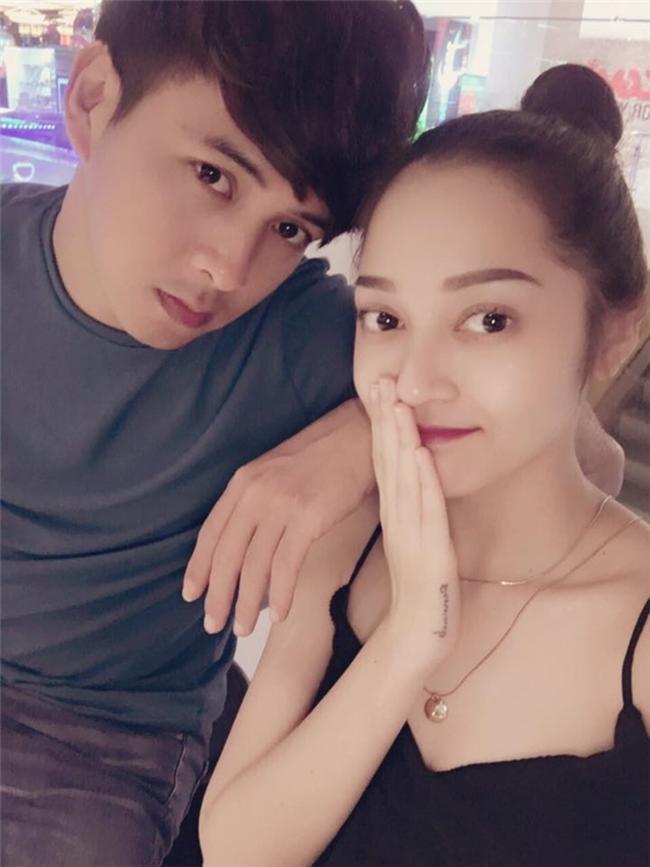 Hồ Quang Hiếu và Bảo Anh là cặp đôi đẹp nhất trong Vbiz. Cả hai công khai tình cảm từ tháng 10.2016 và thường dành lời khen có cánh cho nhau trên mặt báo. Đều là ca sĩ nhưng cặp đôi chưa hợp tác với nhau trong dự án âm nhạc nào.